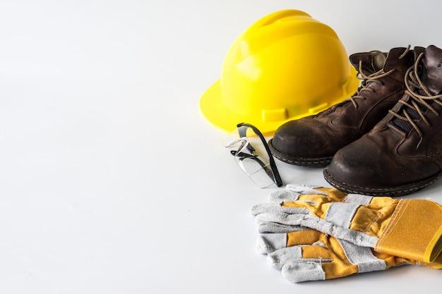 建設現場の安全。白い背景の個人用保護具。