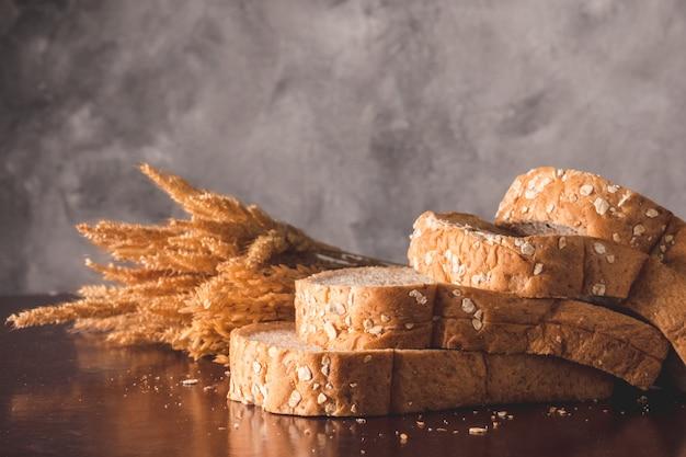 テーブル上の全小麦パンのスライス