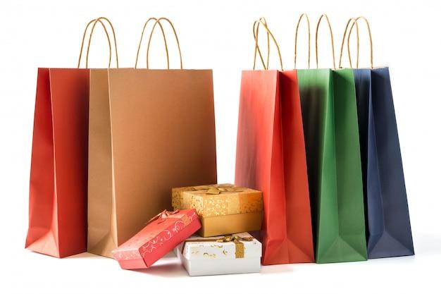 白い背景にギフトボックスとカラフルな紙のショッピングバッグ
