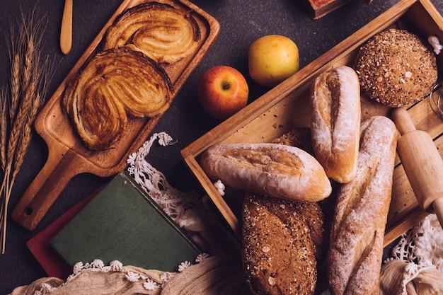 Вид сверху сцены завтрака со свежеиспеченным хлебом и фруктами на столе