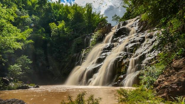 緑の森、ペッチャブーン県、タイの美しい滝