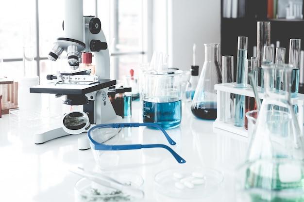 Научные приборы в лабораторной комнате. концепция научных исследований.