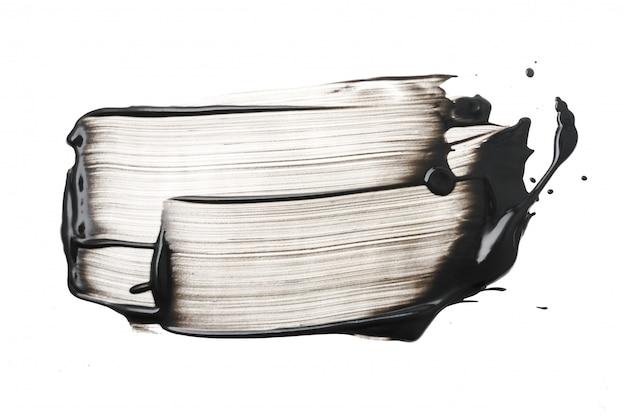 白い背景の上の粘土または木炭フェイスマスクストローク