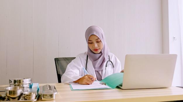 病室で働くイスラム教徒の女性医師。