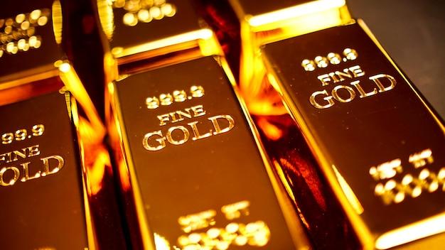 テーブルの上を明るく輝く多くの金塊。
