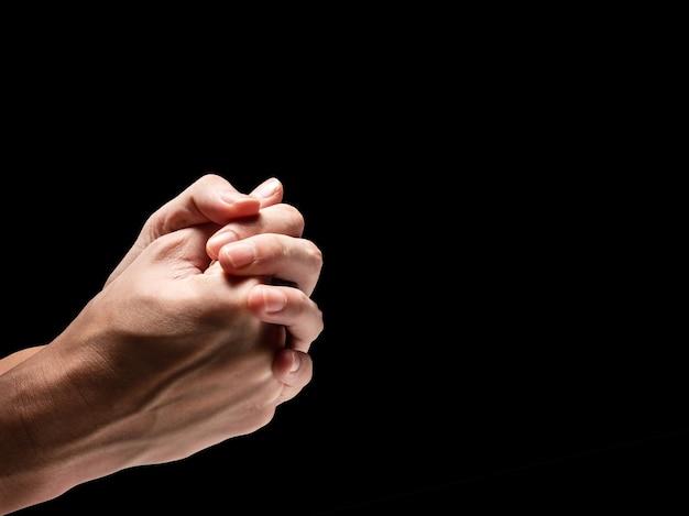 Мужские руки на черном фоне. свободное место для текста