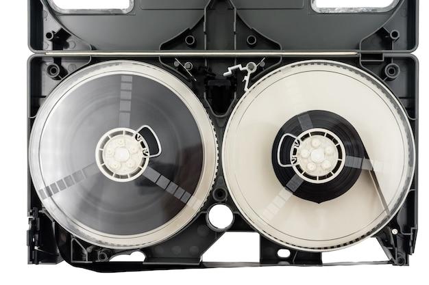 白い背景にビデオカセットテープを開きます。