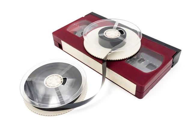 ビデオカセットテープと白の背景にリール。