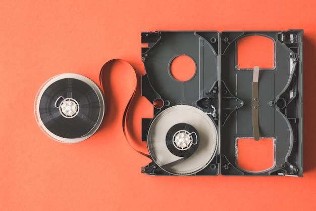 オレンジの背景にビデオカセットテープを開きます。