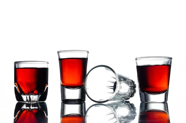 白い背景にアルコールとコラージュのコラージュ。