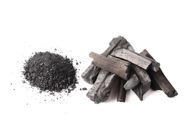 白い背景に木炭および粉末(活性炭)。