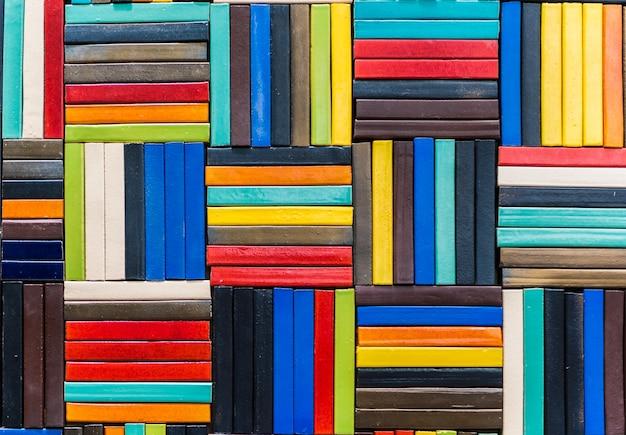 Фон керамической мозаики. стена с текстурированной поверхностью керамическая разноцветная