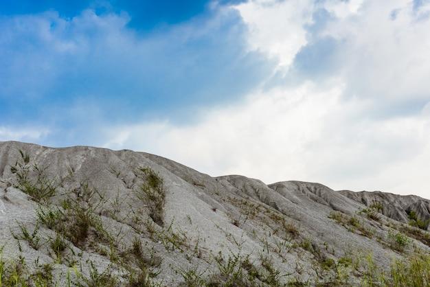 鉱山のプロセスから採掘された岩山または細かい白い石の山