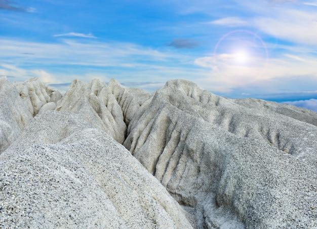 採鉱過程で採掘された岩石の多い山または細かい白い石