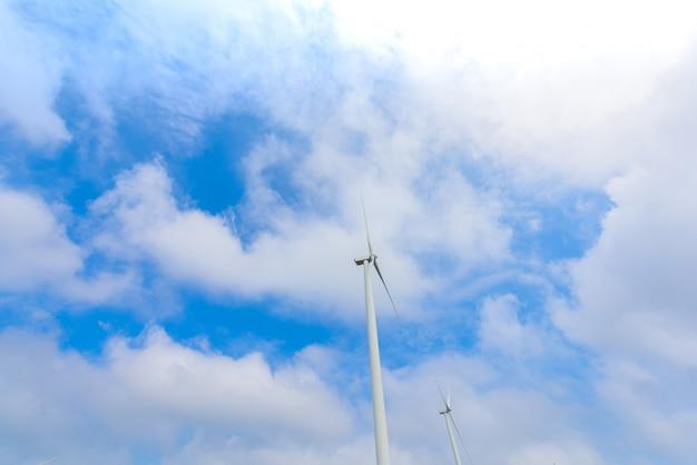 Ветряная турбина для производства электроэнергии в као кхо, петчабун, таиланд