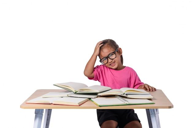 メガネとテーブルの上の多くの本を持つ少女。白で隔離され、学校のコンセプトに戻る