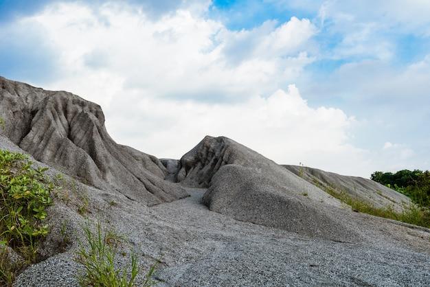 マイニングプロセスから採掘された岩石の多い山または細かい白い石の山