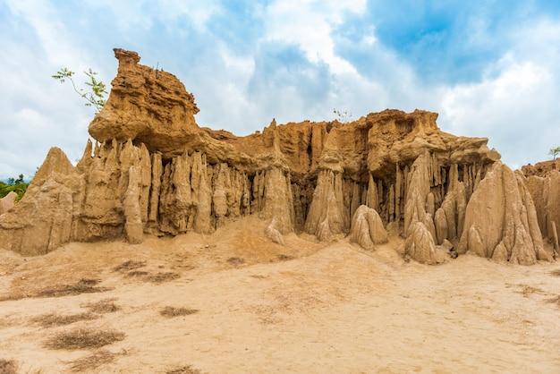 砂利の柱、柱、崖などを侵食した土壌の風景
