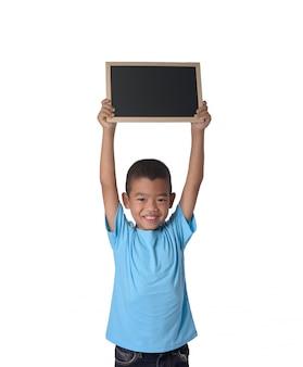 白い背景上に分離されて概念的な教育のための空白の黒い黒板とアジアの国の少年