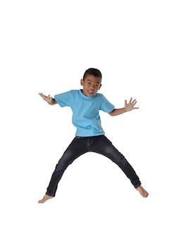 人々の概念幸せ、小さな男の子、空気の幸福、子供時代、動きの自由の中でジャンプ