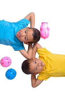 アジアの子供たちのグループは、白い背景で隔離の貯金を楽しんでいます