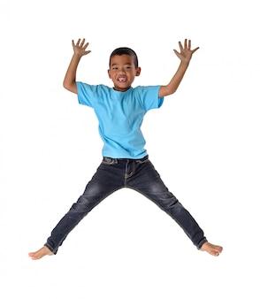 人々の概念幸せ、小さな男の子、空気の幸福、子供時代、白で隔離される動きの自由の中でジャンプ