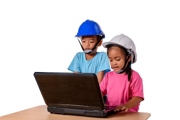 アジアの子供たちが安全ヘルメットを身に着けていると思考平面が白い背景で隔離。子供と教育のコンセプト
