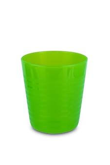 Зеленый пластиковый стакан, изолированный