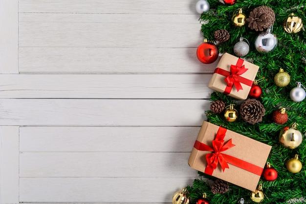 白い木の板に装飾が施されたクリスマスのモミの木