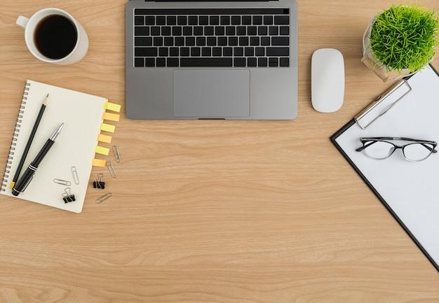 Вид сверху деревянный стол офисный стол. плоское рабочее пространство