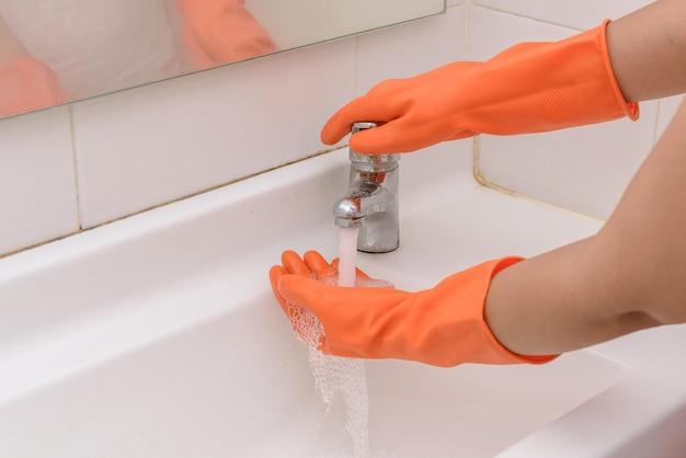 バスルームでストリーミング水で手を洗う。衛生コンセプト