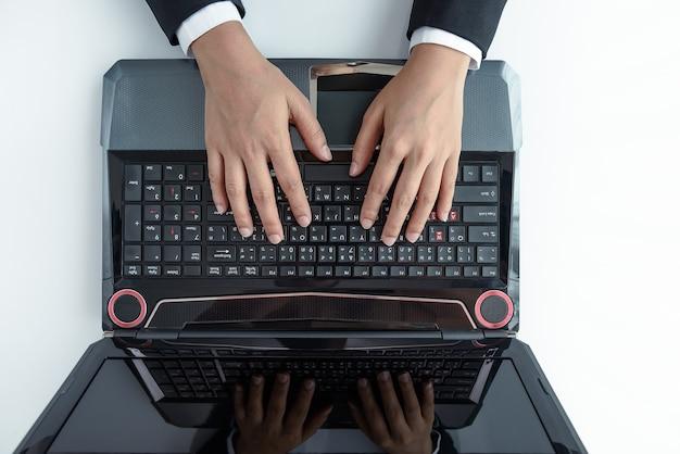 Вид сверху деловая женщина, используя портативный компьютер в офисе
