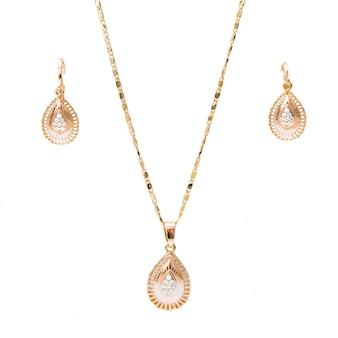 Золото ожерелье браслет и украшения из ушей, изолированных на белом фоне
