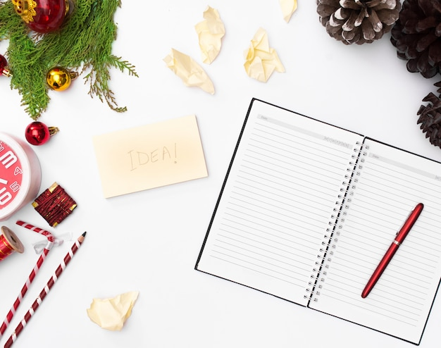 クリスマスの組成物、ノートブックの開いたページ、ペン、白い背景にモミの枝。クリスマス