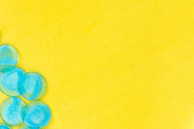 青い丸型ビーズコピースペース平面図と黄色の背景