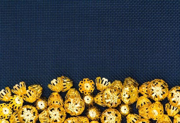 抽象的な背景がきらびやかなゴールドブルーのトップビューコピースペース