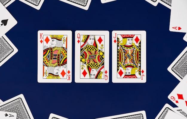 無地の背景のカジノポーカーとキングクイーンジャックトランプフルデッキ