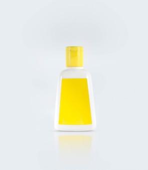 Ясное дезинфицирующее средство для рук в ясной бутылке насоса изолированной на белой предпосылке. дезинфицирующее средство для рук используется для уничтожения микробов, бактерий и вирусов