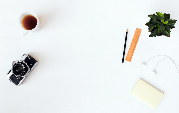 ラップトップ、コンピュータ、カメラ、フラットな構図、雑誌、ソーシャルメディア、アーティスト。上面図