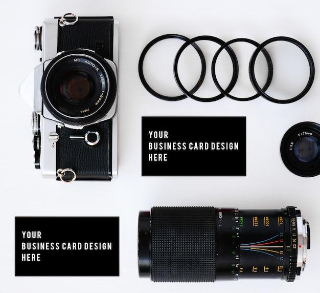 古いフィルムカメラとフィルターと眼鏡を備えたレンズを備えた名刺モックアップ