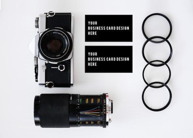 古いフィルムカメラ付きの名刺とフィルターと眼鏡を備えたレンズ