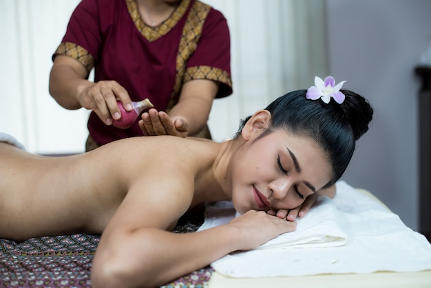 スパボディマッサージ女性の手の治療。スパサロンでマッサージをしている女性