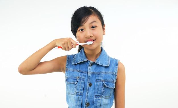 女の子は歯を磨く