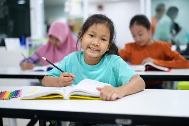 小学校のアジアの学生。教室