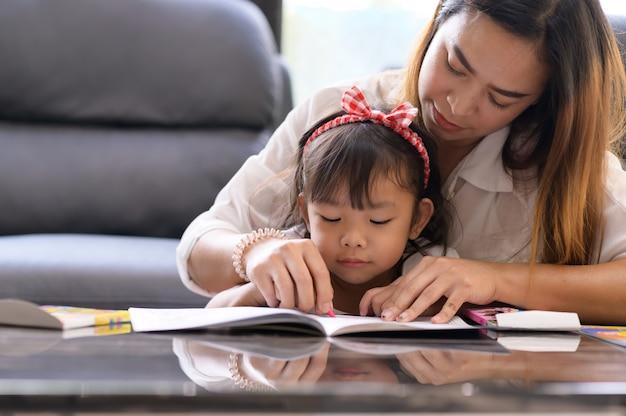 家の中でアジアの母と娘