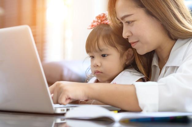 Азиатская мать и дочь в доме
