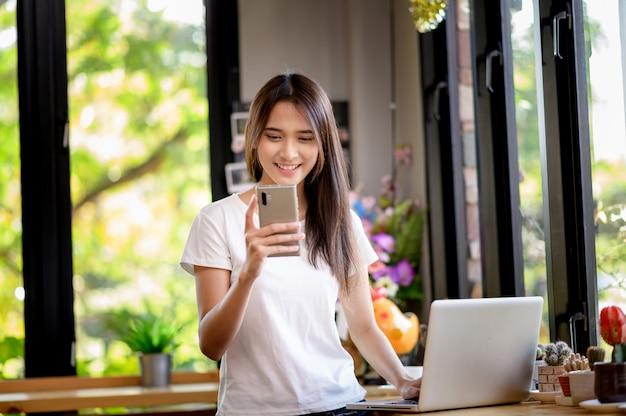 Женщина или счастливый студент улыбается на столе с компьютером