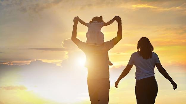 家族一緒に日没で屋外