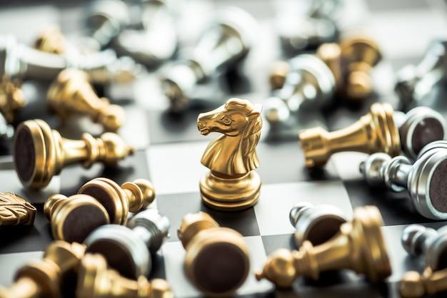 Остаются стоящими шахматами с другим падением шахмат