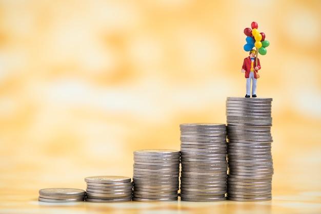貨幣の積み増しのミニチュア人
